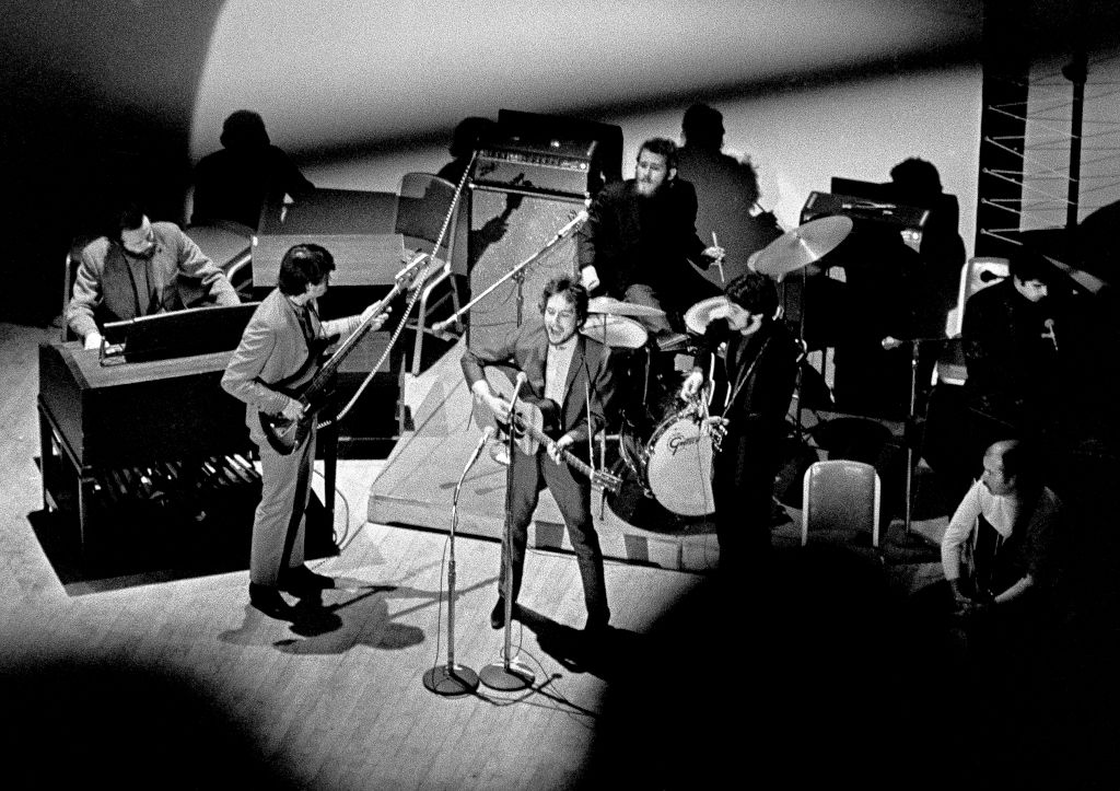 the band and bob dylan performing at carnegie hall