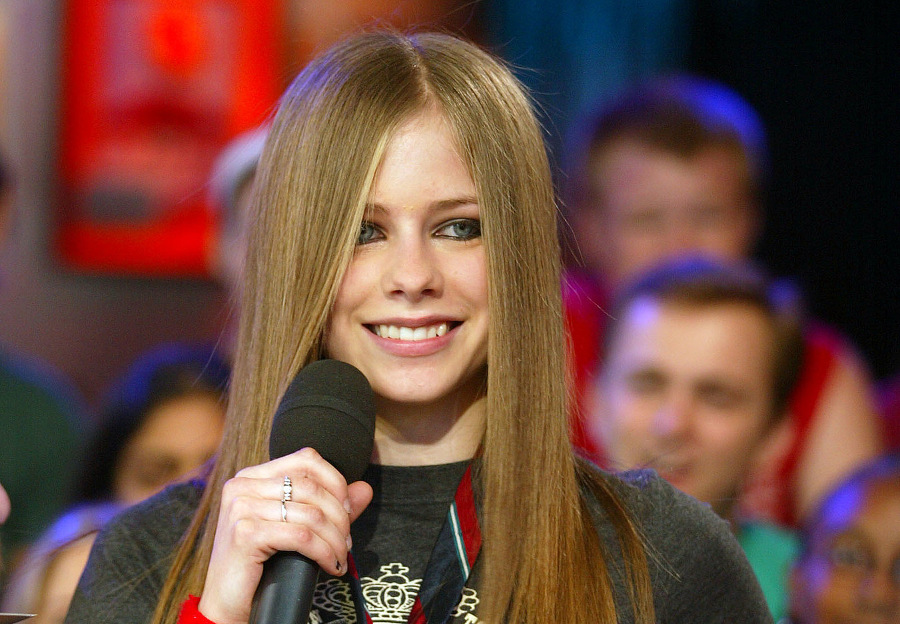 "Avril Lavigne Performs ""Complicated"""